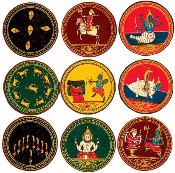 Carte da gioco di un antico mazzo indiano. Ancora oggi esistono in India carte rotonde di questo tipo usate per giocare.