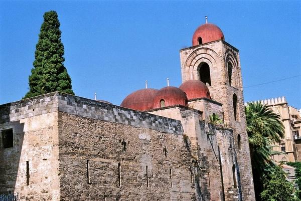Chiesa di San Giovanni a Palermo. La grande influenza degli Arabi sulla cultura della Spagna e dell'Italia Meridionale è testimoniata dallo stile architettonico di molti monumenti.